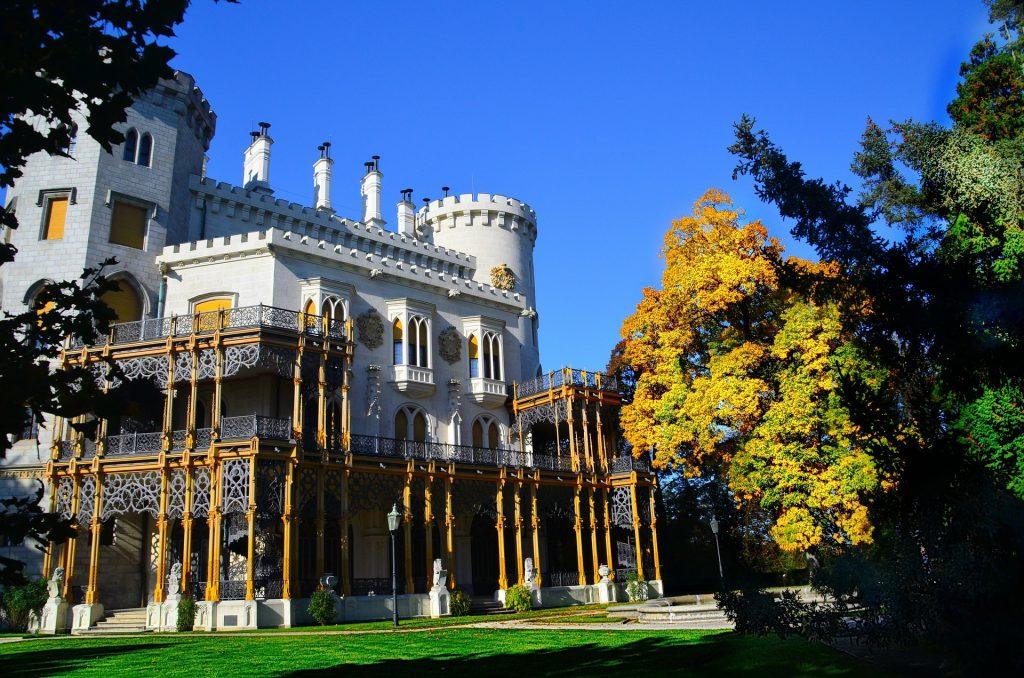Замок Глубока-над-Влтавой Чехия осенью