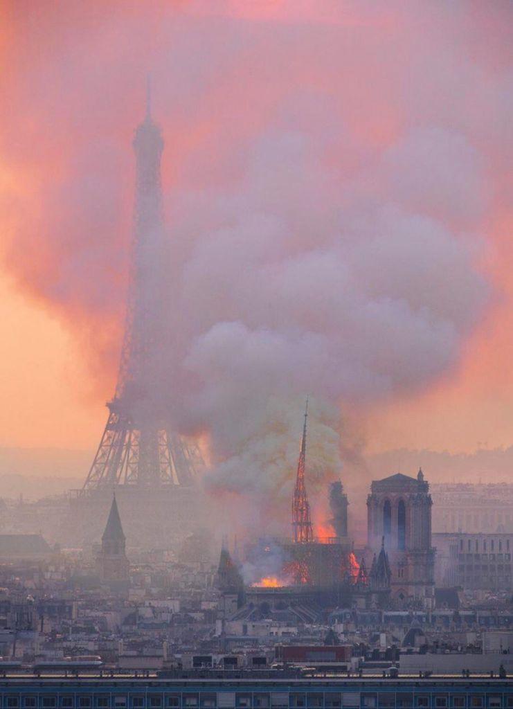Нотр-Дам пожар фото с Эйфелевой башней