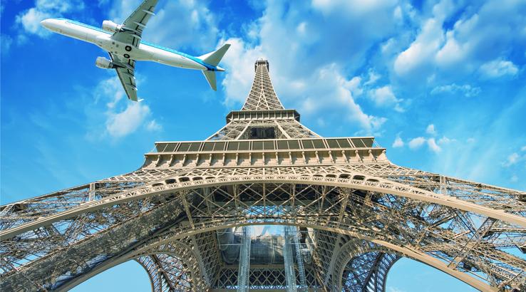 Париж Самолёт пролетает над Эйфелевой башней