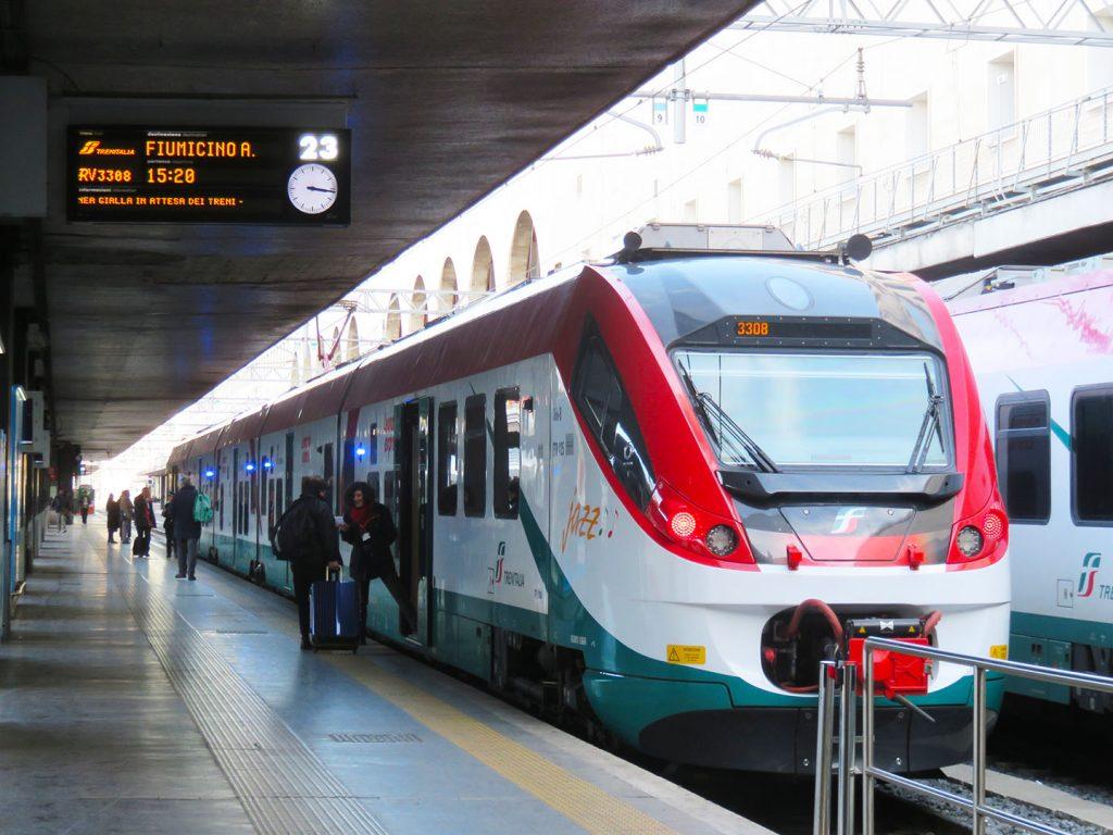 Leonardo экспресс поезд из аэропорта Фьюмичино в город Рим Италия