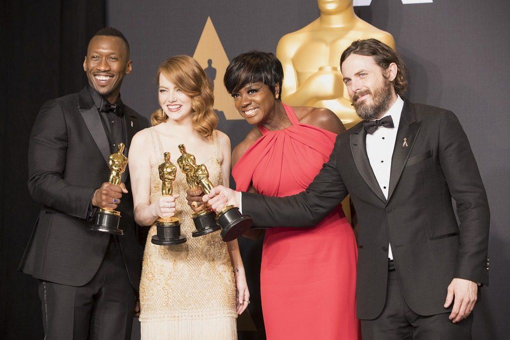 Эмма Стоун (США, американка) получает Оскар. А также другие жители США получают награду.