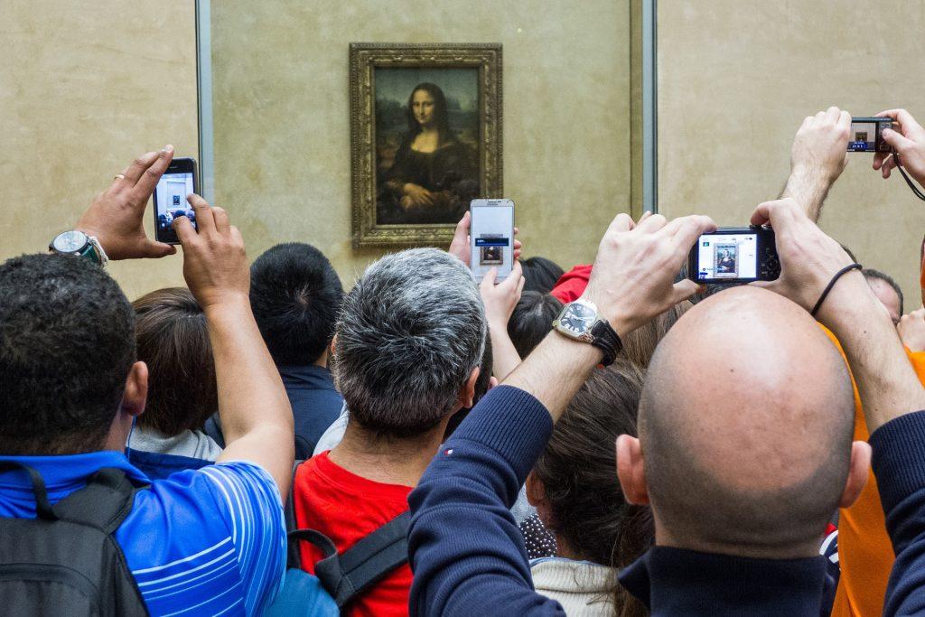 Париж Лувр искусство Мона Лиза реальное фото туриста