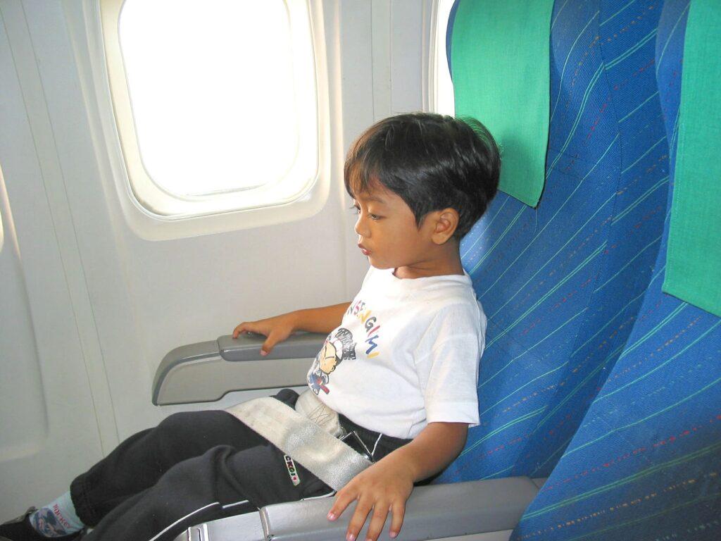ребенок на борту самолета